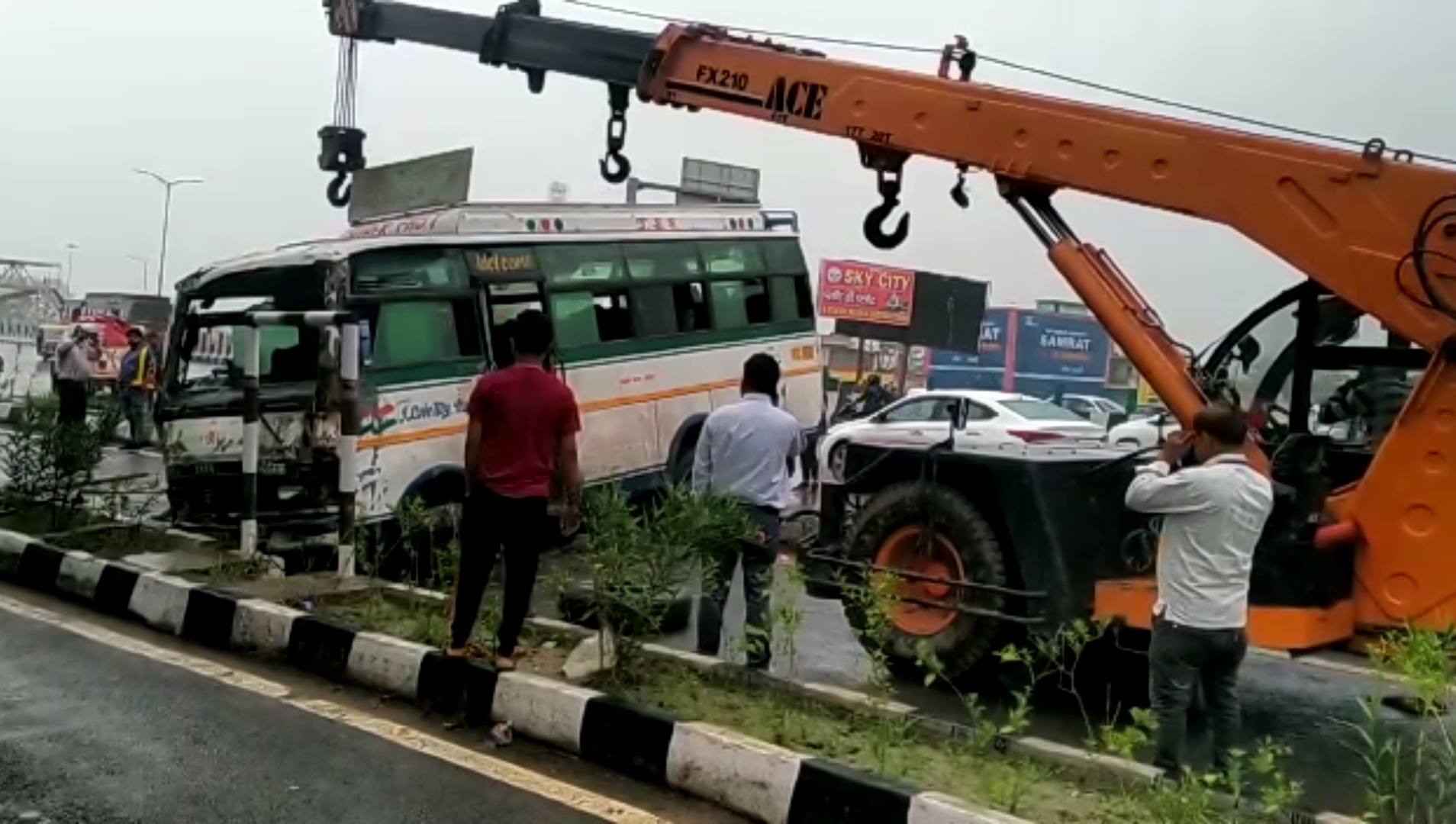दिल्ली-लखनऊ हाईवे पर गाजियाबाद में हादसा, चींख-पुकार सुनकर दौड़े लोगों ने बस से निकाले चोटिल यात्री|उत्तरप्रदेश,Uttar Pradesh - Dainik Bhaskar