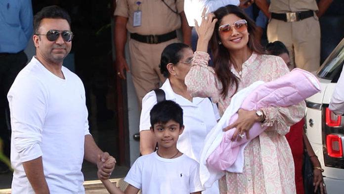 राज कुंद्रा बेटे वियान, बेटी समीषा और पत्नी शिल्पा शेट्टी के साथ।
