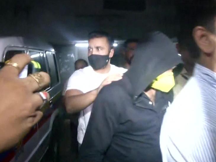 राज कुंद्रा को जेजे अस्पताल मेडिकल जांच के लिए ले जाते हुए क्राइम ब्रांच के अधिकारी