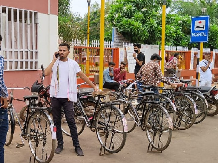 गुना में किराए की साइकिल लेकर प्रदर्शन करने पहुंचे NSUI कार्यकर्ता; पिछली बार पुलिस ने साइकिलें कर ली थी जब्त, SP की अनुमति के बाद निकली रैली गुना,Guna - Dainik Bhaskar