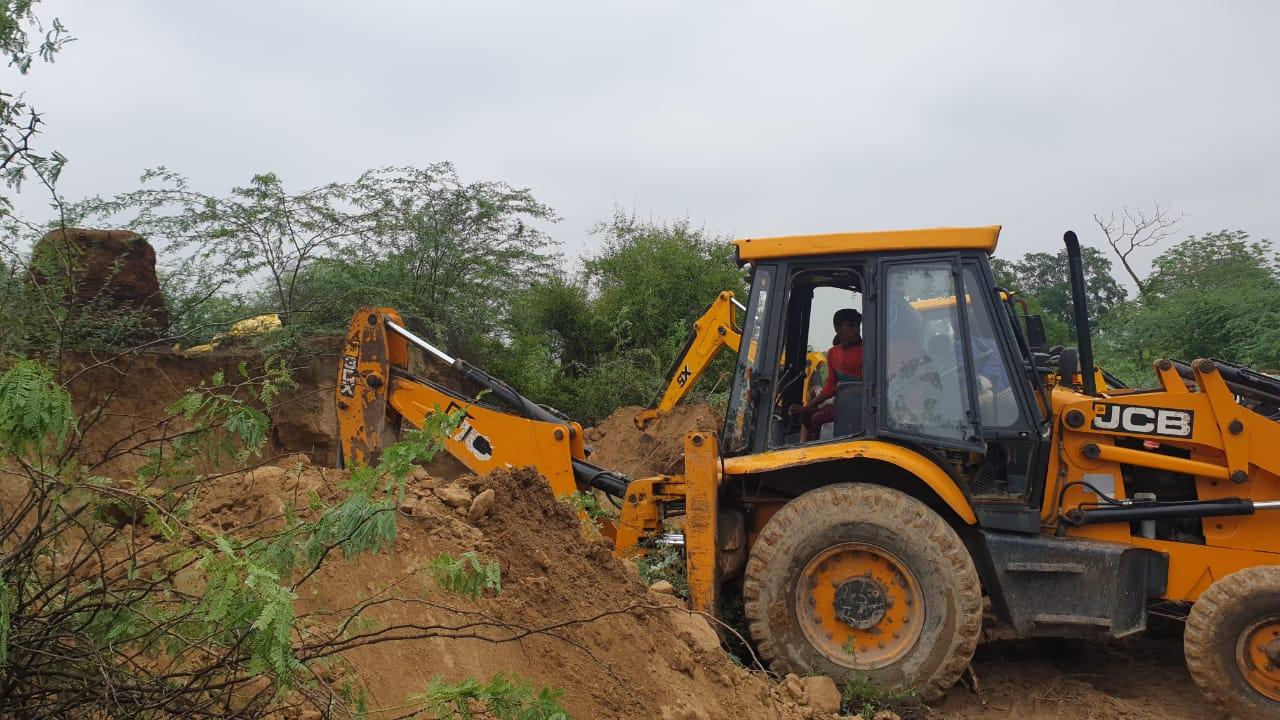 वृंदावन के अक्रूर गांव में मिट्टी की ढाय गिरने से 6 लोग दबे, एक महिला की मौत|मथुरा,Mathura - Dainik Bhaskar