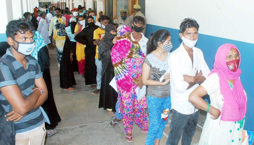 एडी हेल्थ डॉ.अनिता जोशी का कहना है कि संक्रमण दर लगातर घट रहा है। वहीं जांचों के आधार पर केस भी कम मिल रहे हैं। - Dainik Bhaskar