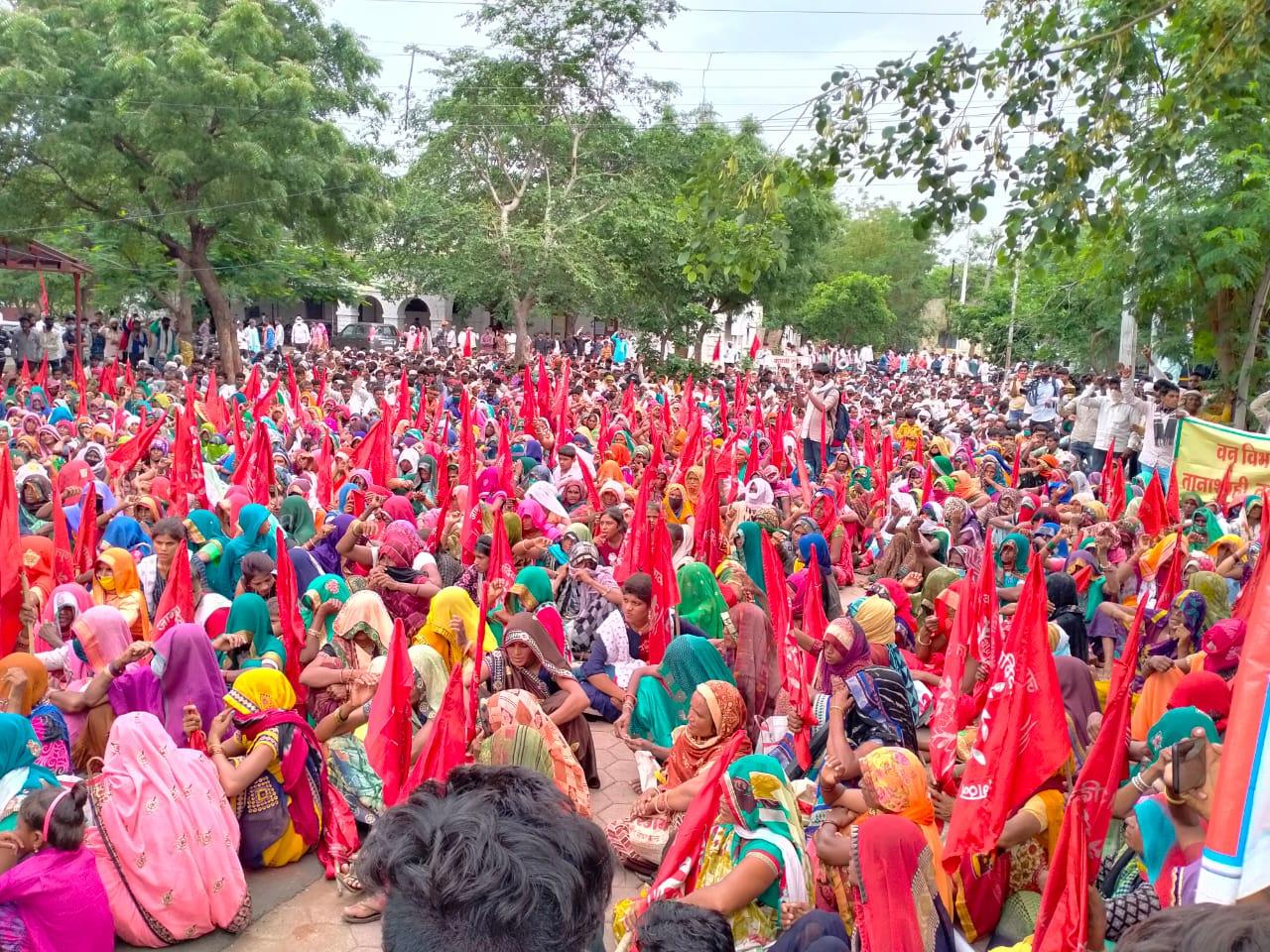 निमाड़ अंचल के 3 हजार आदिवासियों ने कलेक्ट्रेट घेरा; कहा - वन अधिकार दावों पर फैसला नहीं, बेबस लोगों को पीटा और सामान लूट ले गए, जमीन से बेदखल किया खंडवा,Khandwa - Dainik Bhaskar