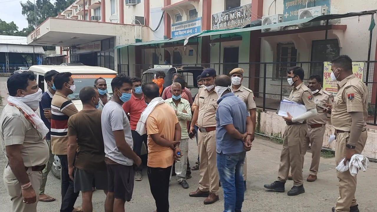 बिजली के पोल पर फैला था करंट, चपेट में आने से 18 वर्षीय किशोर की मौत; परिजनों ने किया हंगामा राजस्थान,Rajasthan - Dainik Bhaskar