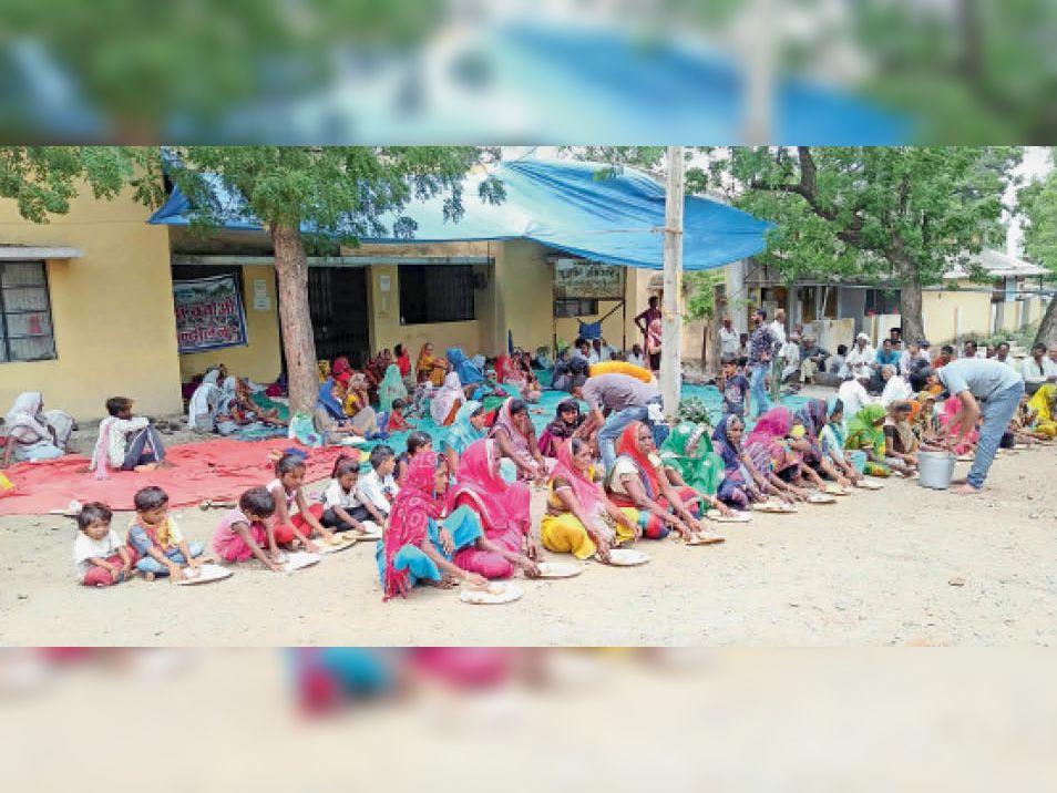 एनवीडीए पुनर्वास कार्यालय के बाहर भोजन करते डूब प्रभावित। - Dainik Bhaskar