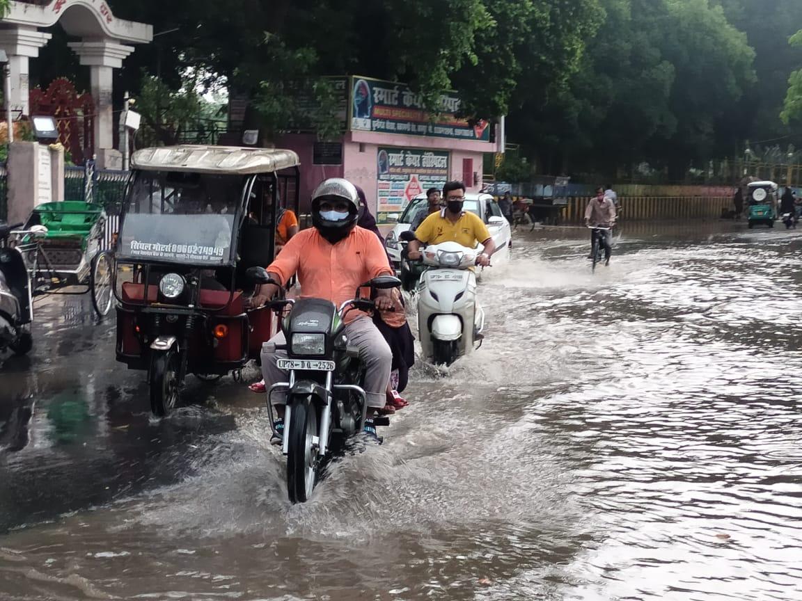 शताब्दी नगर जाने वाली मुख्य सड़क पूरी तरह से जलमग्न हो गई।
