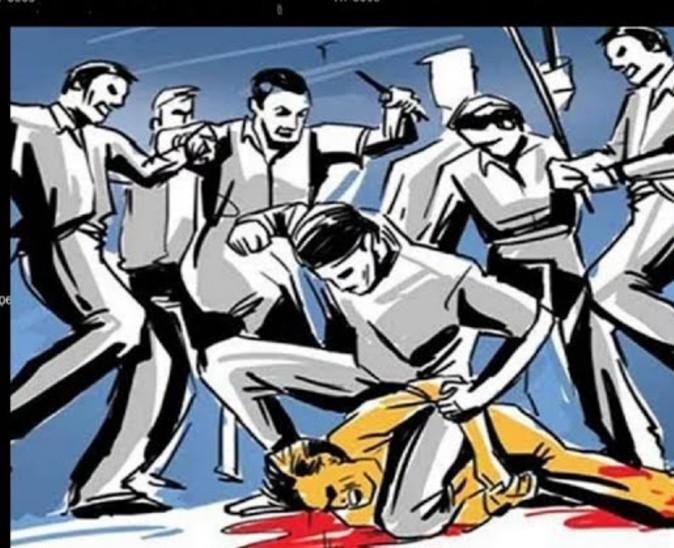 आरोपियों ने युवक को लात-घूंसों से बुरी तरह पीटा। - प्रतीकात्मक तस्वीर - Dainik Bhaskar