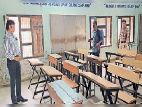 सिरसा। स्कूल में कमरों को सेनीटाइज करवाते स्कूल प्रिंसिपल। - Dainik Bhaskar