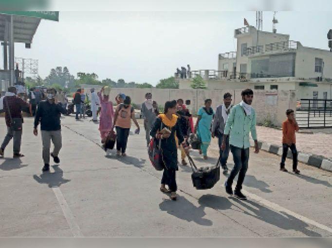 जाम के चलते पैदल अपने गंतव्य को जाते लोग। - Dainik Bhaskar