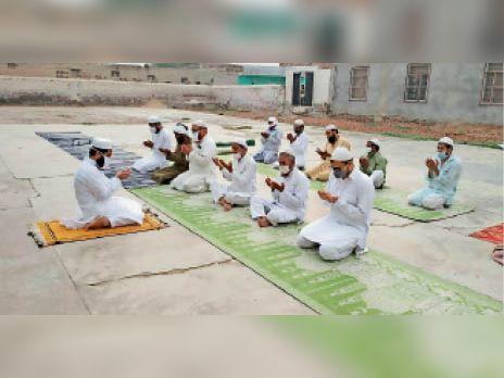 रानियां रोड स्थित ईदगाह में ईद उल अजहा की नमाज अदा करते लोग। - Dainik Bhaskar