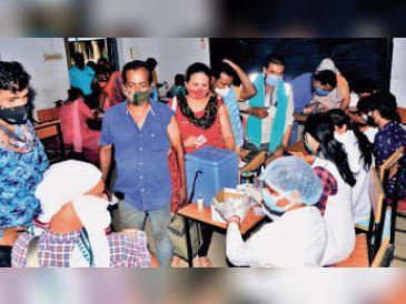 देवकीनंदन स्कूल में टीका लगवाने पहुंचे लोग। - Dainik Bhaskar