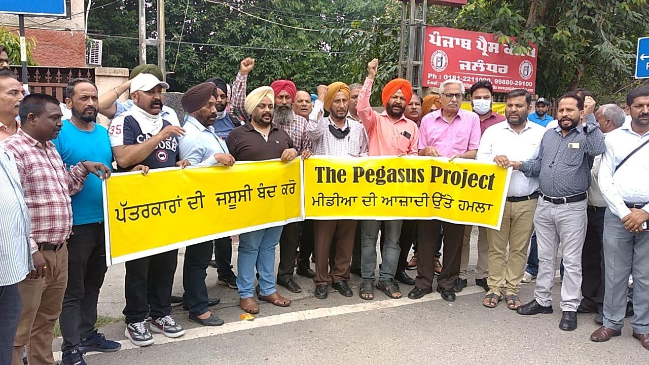 जालंधर में प्रदर्शन करते पंजाब प्रेस क्लब के सदस्य। - Dainik Bhaskar