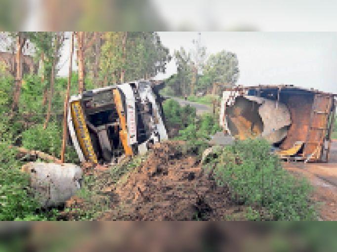 बौंदकलां. दादरी-चंडीगढ़ मार्ग पर पिकअप को टक्कर मारने के बाद गड्ढों में पलटी हुई बस और क्षतिग्रस्त गाड़ी। - Dainik Bhaskar