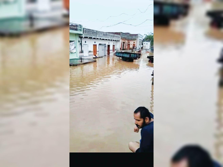 रानीला में दो दिन में हुई बारिश से गली और घरों में जमा पानी। - Dainik Bhaskar