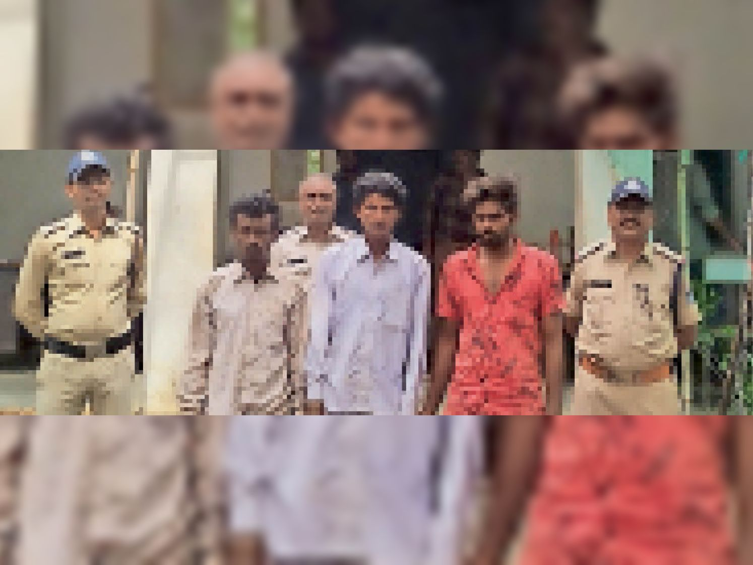 पुलिस की गिरफ्त में तीनों आरोपी। - Dainik Bhaskar