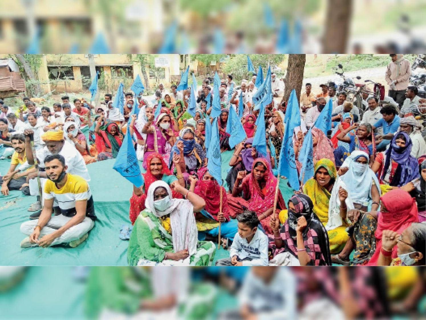 एनवीडीए कार्यालय के बाहर नारे लगाते नबआं कार्यकर्ता व डूब प्रभावित। - Dainik Bhaskar