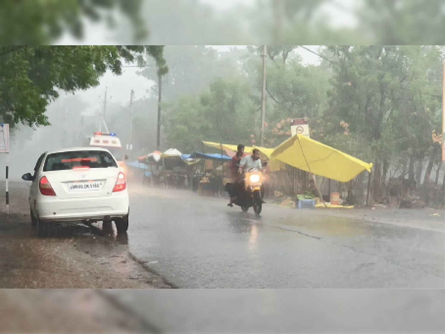 शहर में शाम 6 बजे हल्की बारिश हुई। - Dainik Bhaskar