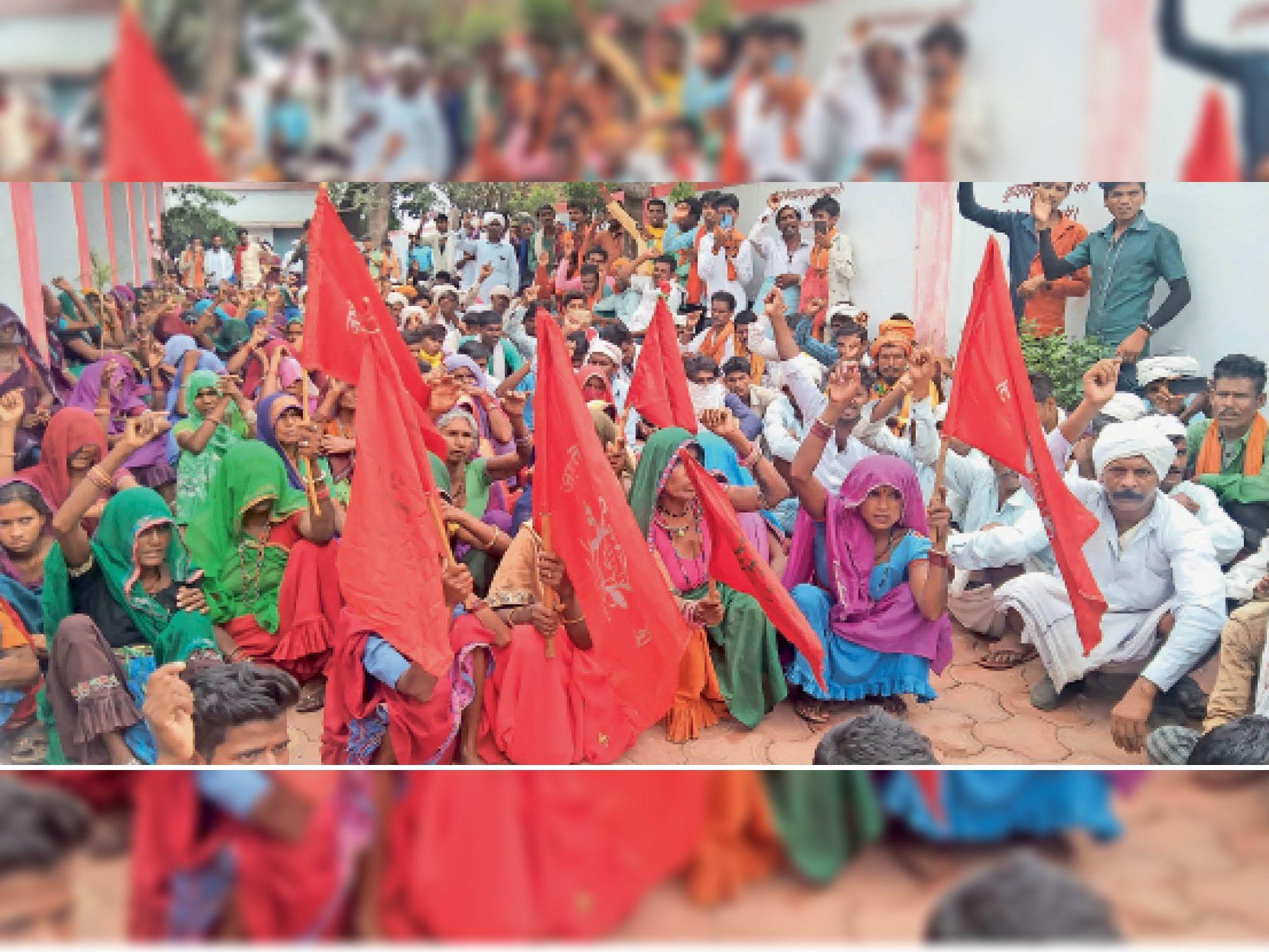 धरने पर बैठे जागृत आदिवासी दलित संगठन के लोग। - Dainik Bhaskar