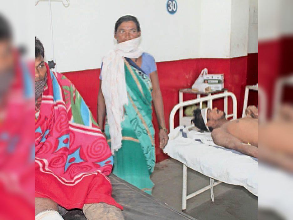 घायल सुरेंद्र और रवी का जिला अस्पताल में इलाज चल रहा है। - Dainik Bhaskar