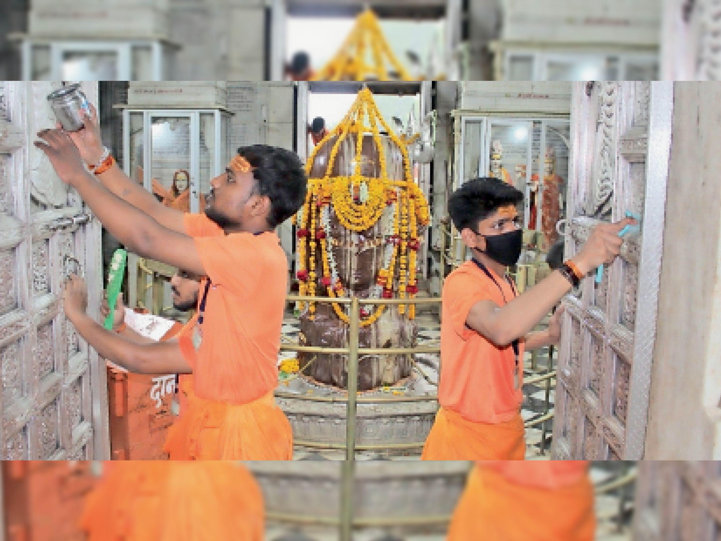 सावन के लिए पशुपतिनाथ मंदिर पर साफ-सफाई और सजावट की जारी है। - Dainik Bhaskar