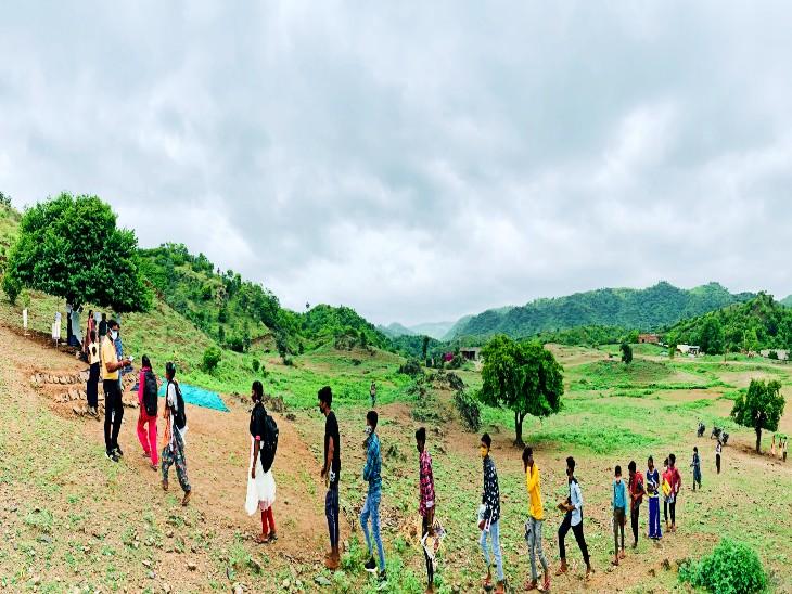 जंगल में कोरोना गाइडलाइन के अनुरूप छात्रों को दिया जाता है प्रवेश।