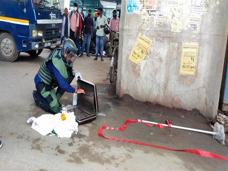 वाराणसी में कैंट रेलवे स्टेशन के समीप मिले लावारिस सूटकेस को चेक करता बम निरोधक दस्ते का जवान। - Dainik Bhaskar