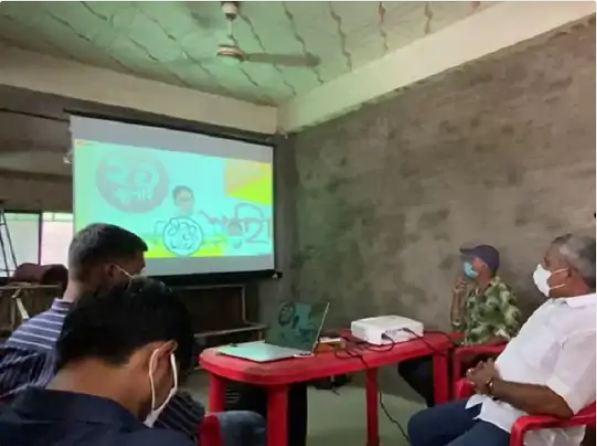 अहमदाबाद के इसनपुर के एक रेस्त्रा में प्रोजेक्टर पर दिखाया गया ममता बनर्जी का भाषण। - Dainik Bhaskar