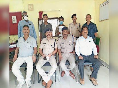 गिरफ्तार टिकट दलाल के साथ आरपीएफ की टीम। - Dainik Bhaskar