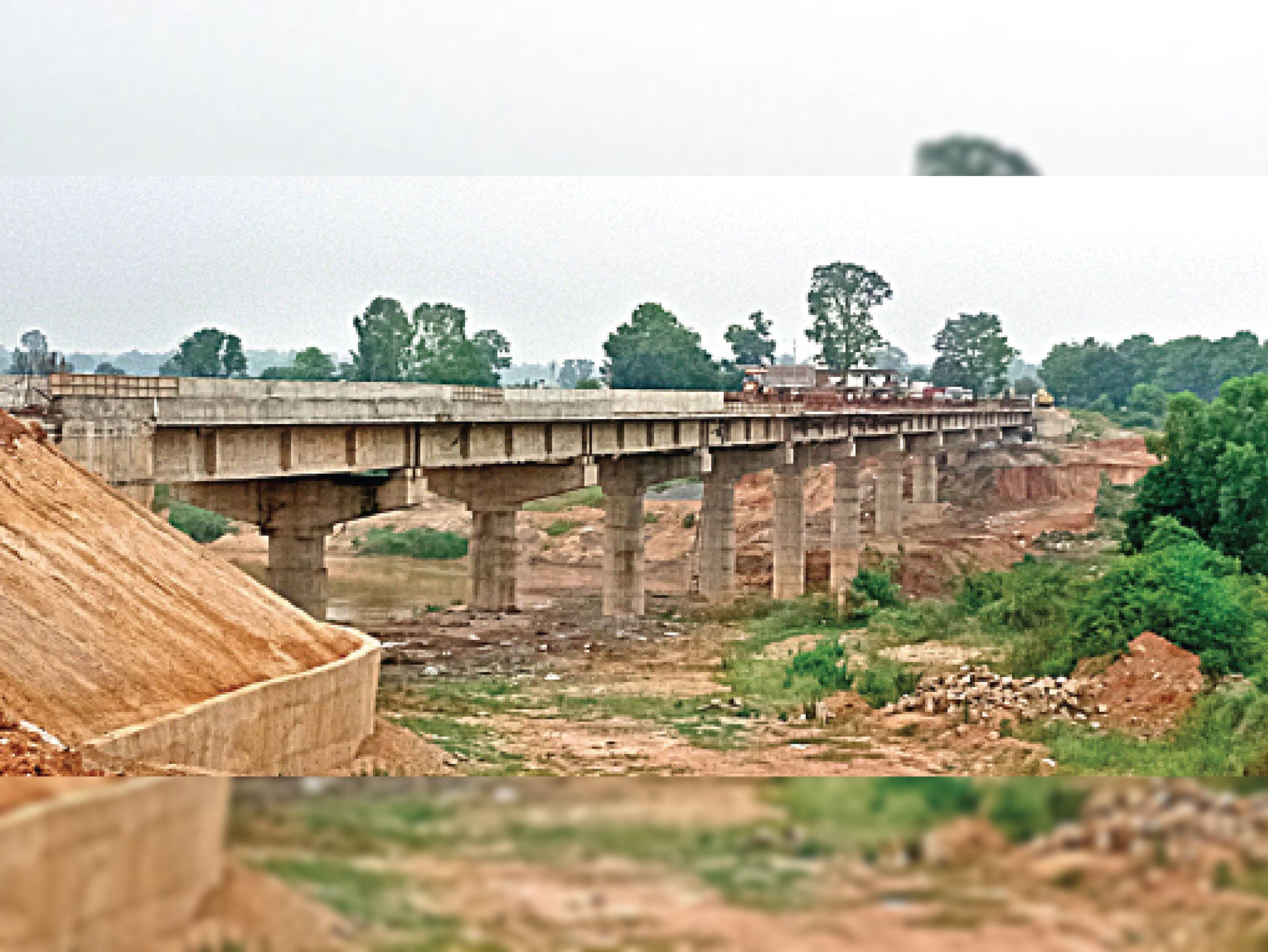 अफसरों का दावा- इसी माह पूरा हो जाएगा पुल का काम, ठेकेदार ने कहा- कम से कम महीनाभर समय और लगेगा|अंबिकापुर,Ambikapur - Dainik Bhaskar