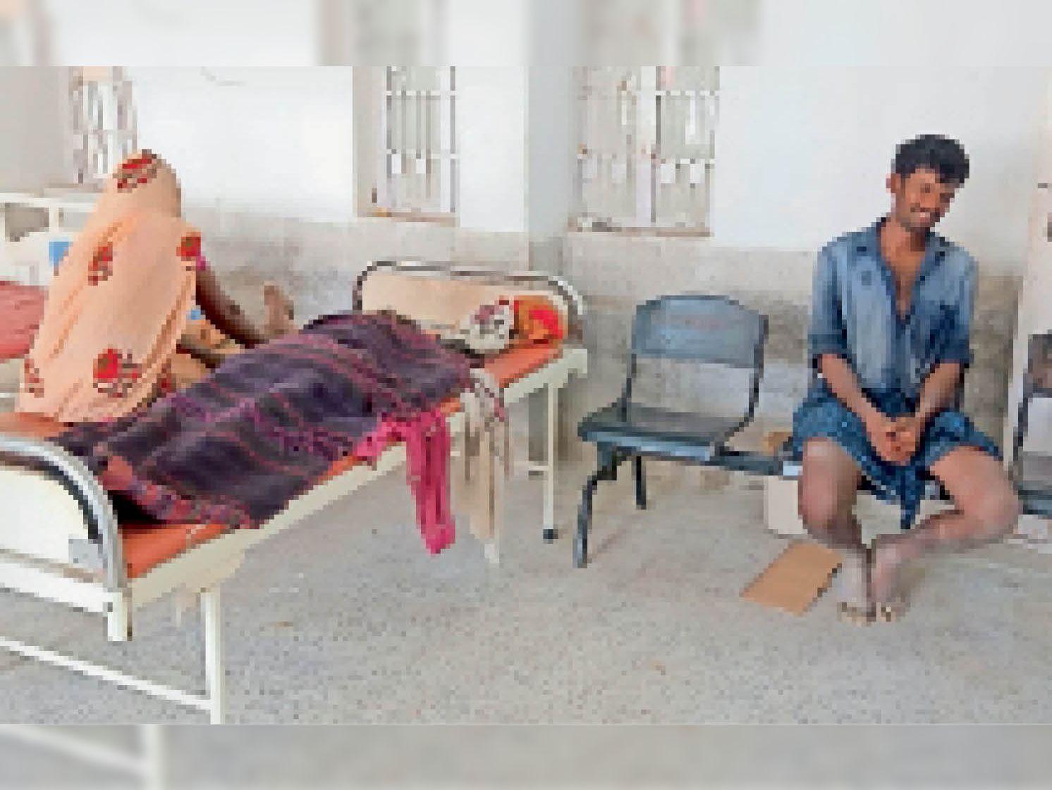 महिला की मौत के बाद अस्पताल में रोते परिजन। - Dainik Bhaskar