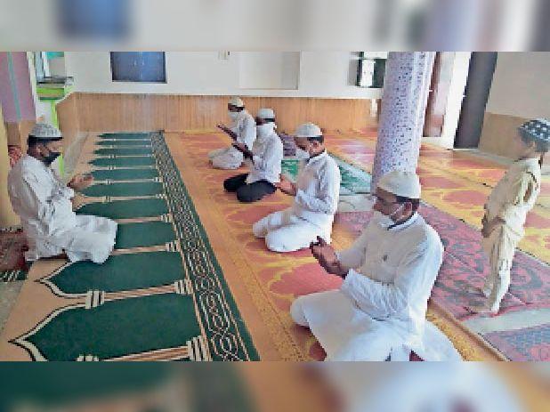 छातापुर में ईद उल अजहा को लेकर दुआ मांगते अकीदतमंद। - Dainik Bhaskar