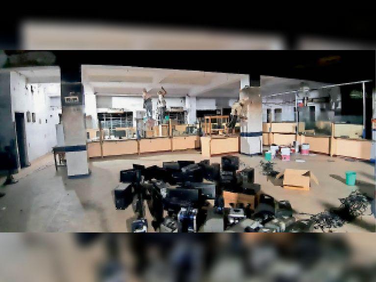 स्टेट बैंक में आग लगने के बाद बुधवार को कार्यालय को ठीक किया गया। - Dainik Bhaskar