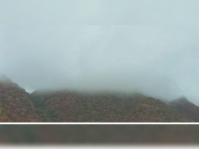 चौहटन. पहाड़ियों से कुछ इस तरह बादल टकराए कि दिनभर हिल स्टेशन का नजारा रहा। फोटो: डूंगर राठी - Dainik Bhaskar