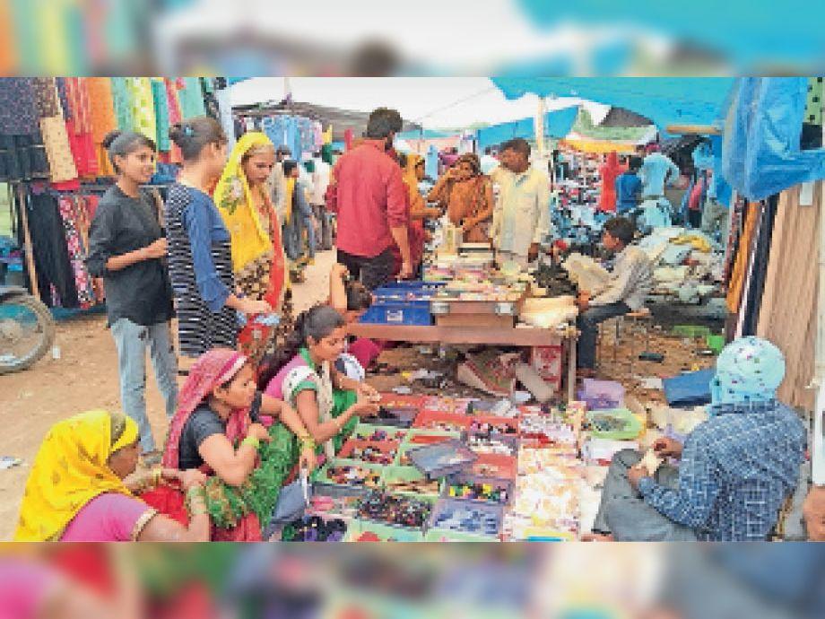 सड़क पर लगती है मंगलहाट, मास्क भी गायब, बन सकती हैबड़े हादसे का कारण|भरतपुर,Bharatpur - Dainik Bhaskar