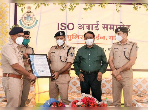 आईजी मिश्र ने एसपी-एएसपी काे दिया आईएसओ प्रमाण पत्र। - Dainik Bhaskar