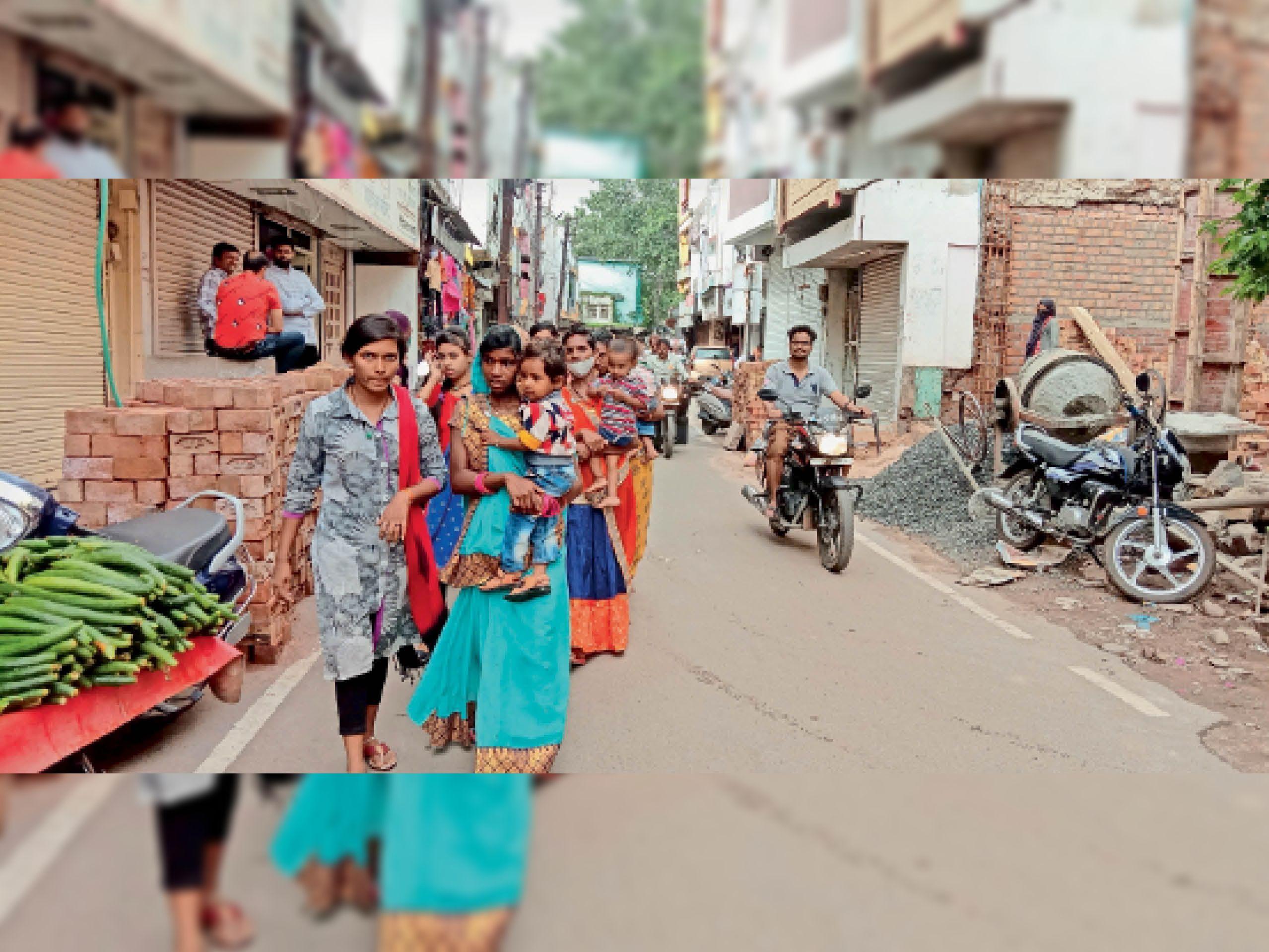 शहर में बिना मास्क के घूम रहे यह लाेग दूसराें के लिए बन सकते है खतरा। - Dainik Bhaskar
