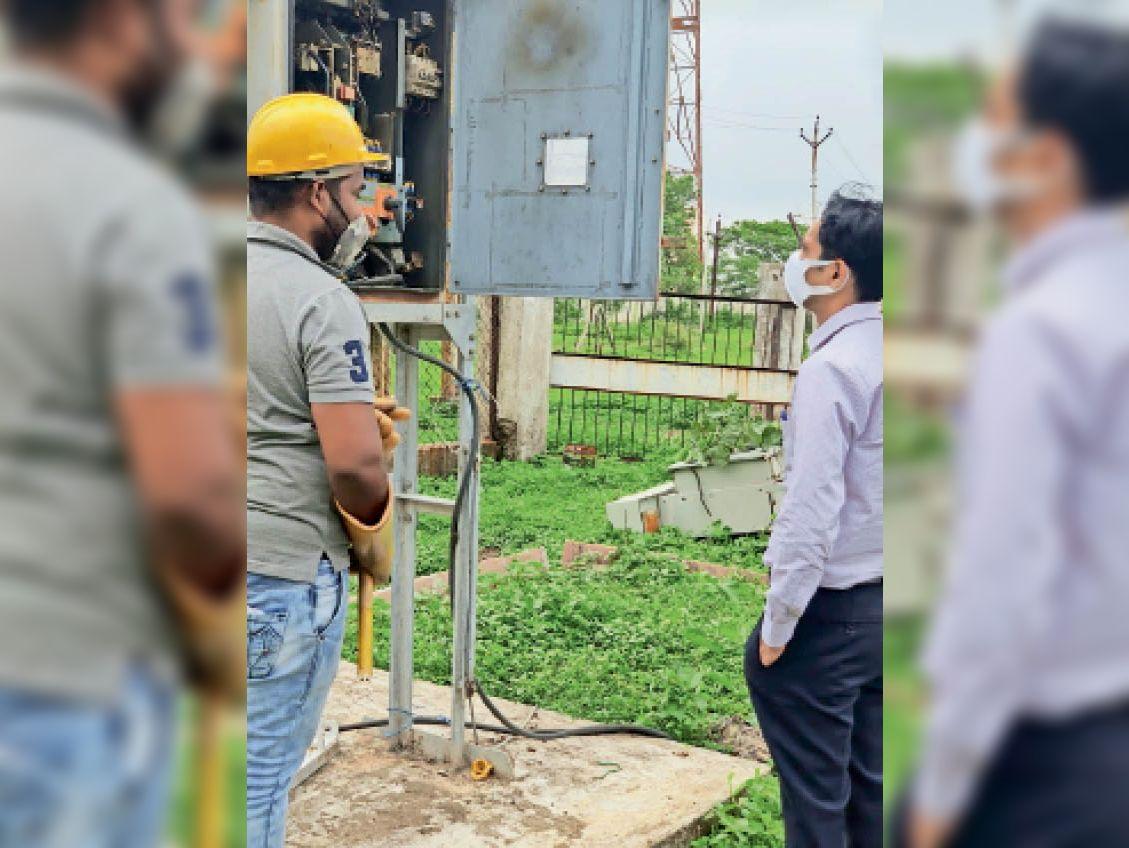 निदेशक ताेमर ने ग्रिड का निरीक्षण कर देखी स्थिति। - Dainik Bhaskar