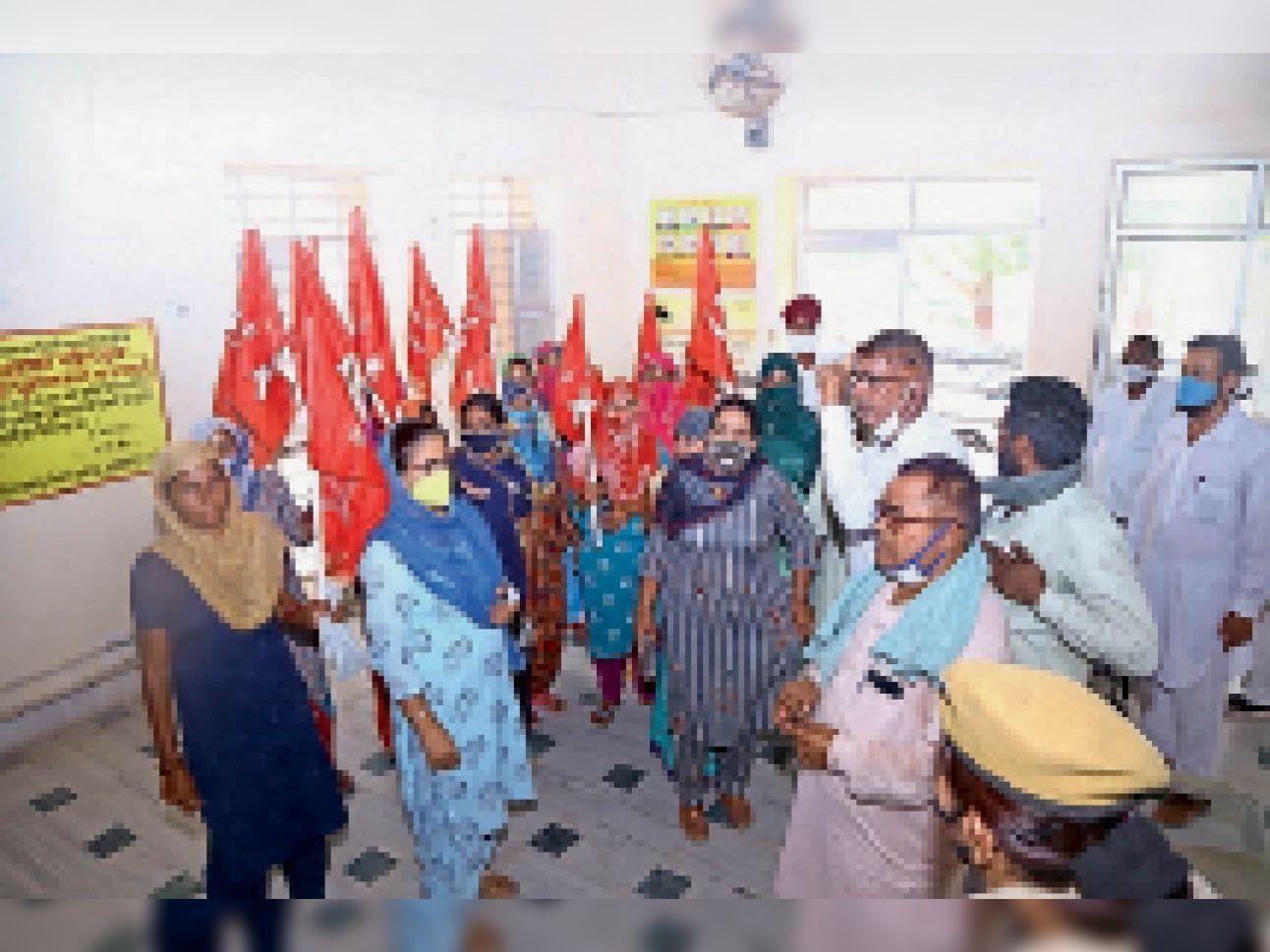 नाराजगी जाहिर करतीं महिलाएं - Dainik Bhaskar