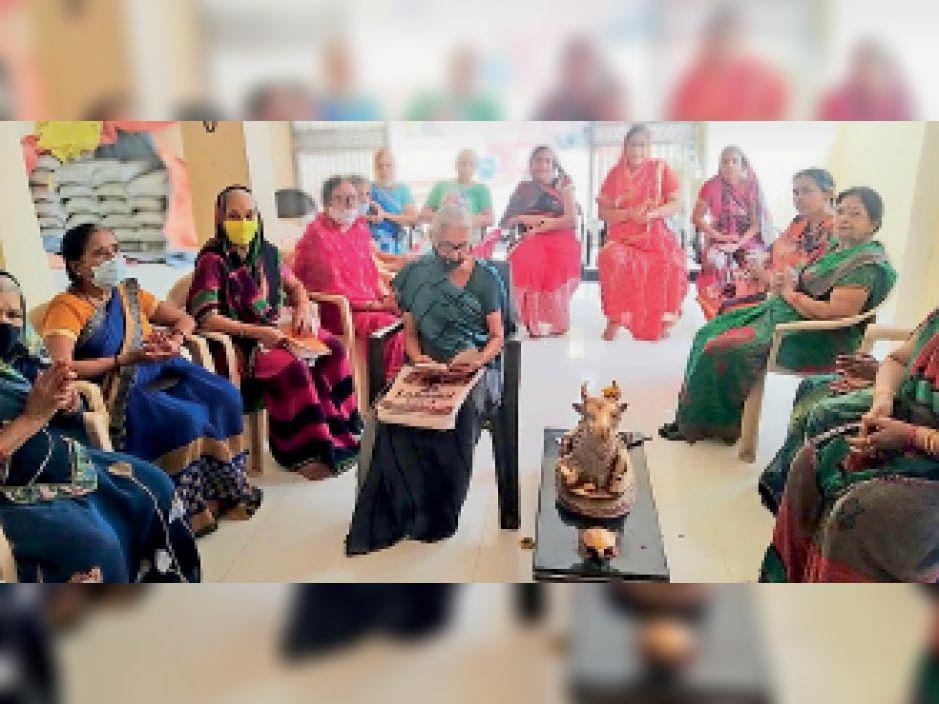 देवशयनी एकादशी पर मंदिर परिसर में भजन गाती महिलाएं। - Dainik Bhaskar