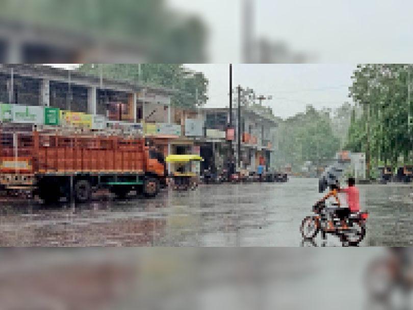 शहर में मंगलवार शाम कुछ देर के लिए तेज बरसात हुई। - Dainik Bhaskar