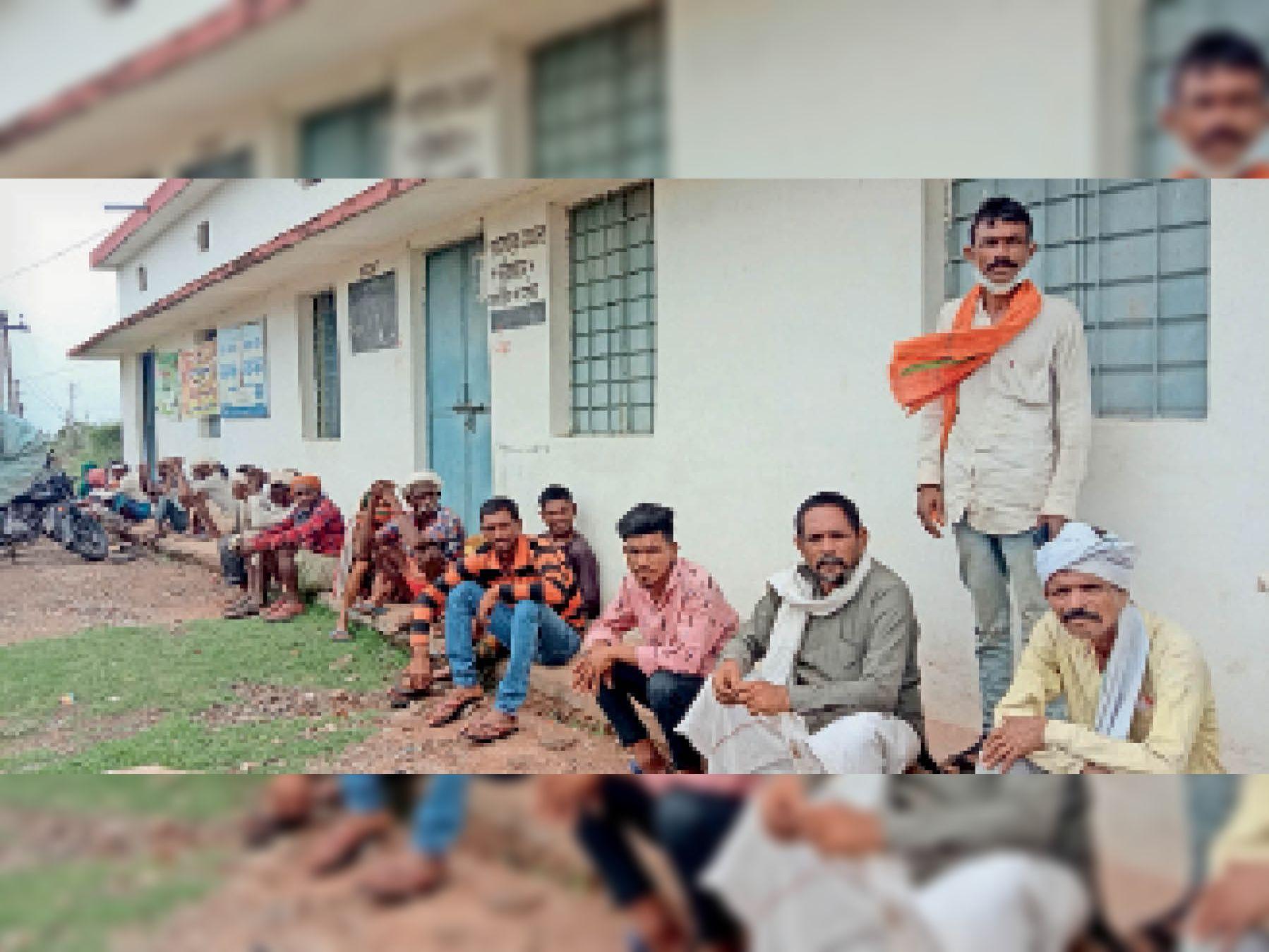 कालापीपल सोसायटी पर सुबह से बैठे किसान, एक को भी नहीं मिला यूरिया - Dainik Bhaskar