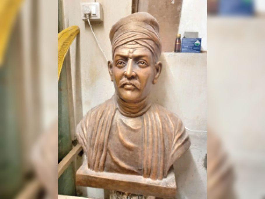 विवि में स्थापित हाेने वाली महामना की प्रतिमा, जो धूल खा रही है। - Dainik Bhaskar