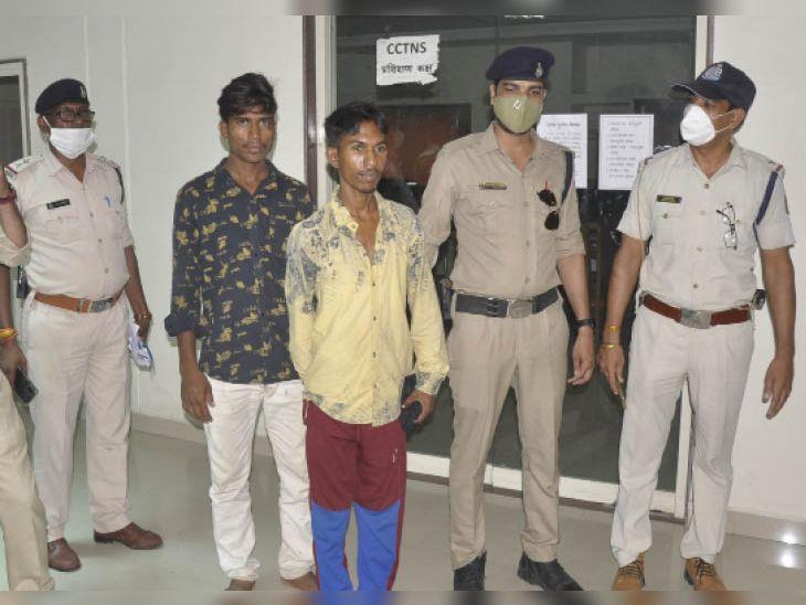 पुलिस गिरफ्त में चोरी के आरोपी। - Dainik Bhaskar
