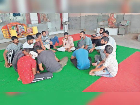 छछरौली   मीटिंग करते विश्व हिंदू परिषद व बजरंग दल के सदस्य। - Dainik Bhaskar