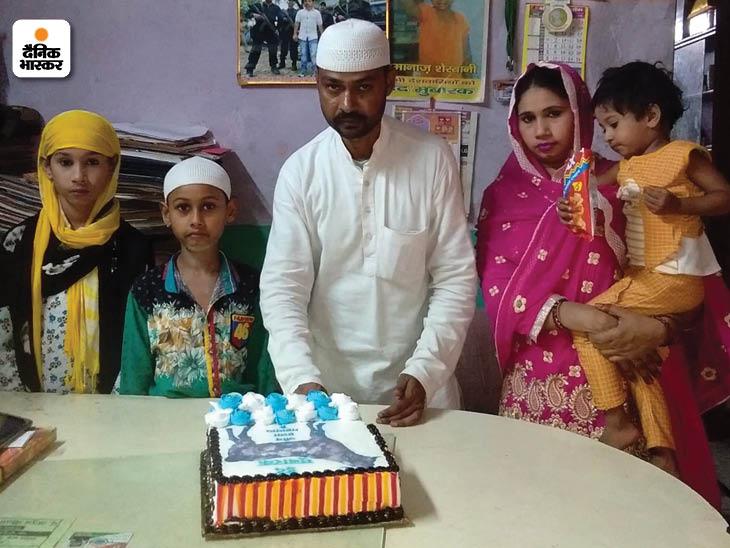 परिवार के सदस्यों के साथ केक काटकर ईद मनाते गुलचमन।