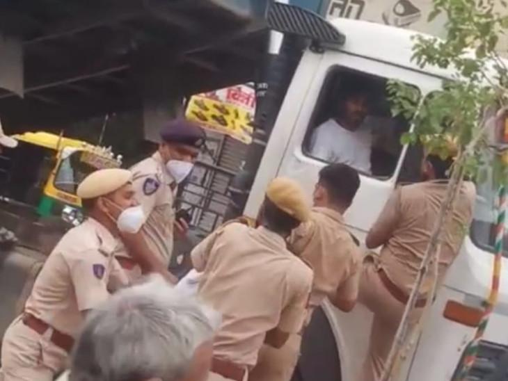 बजरी ले जाते डंपर को पकड़ा तो भगाने लगा, पुलिसकर्मियों पर किया जानलेवा हमला; घेरकर पकड़ा|जोधपुर,Jodhpur - Dainik Bhaskar