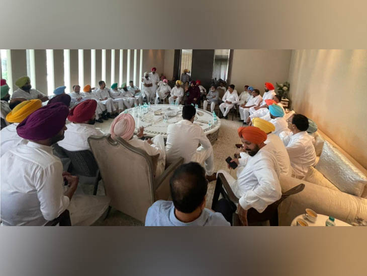 अमृतसर में बुधवार को कांग्रेस के नए प्रदेश अध्यक्ष नवजोत सिंह सिद्धू के घर पर जमा पार्टी के नेता। - Dainik Bhaskar