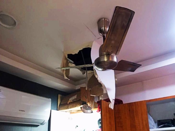 छत के रास्ते चोरों ने दुकान में किया प्रवेश।