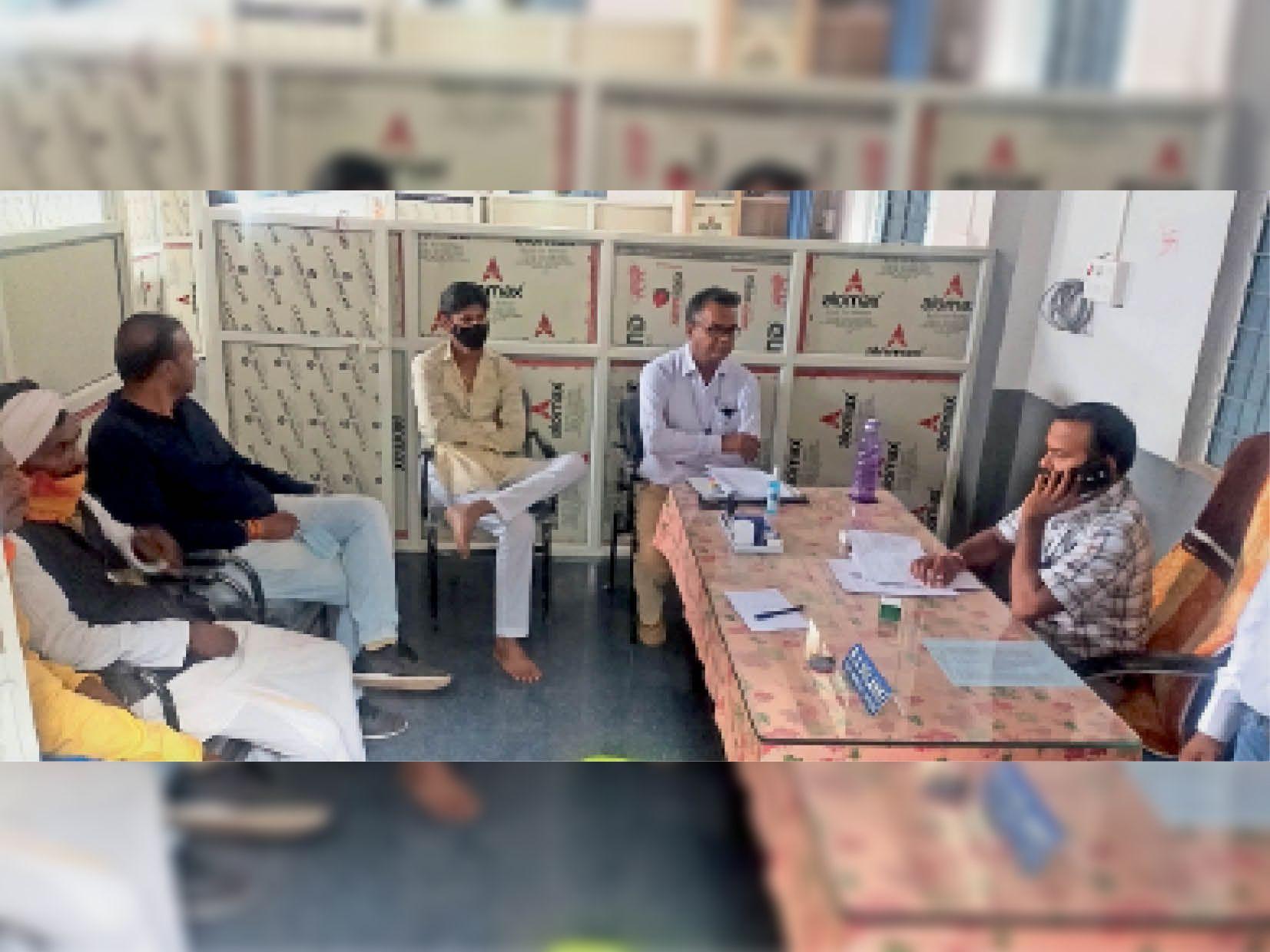 नगर परिषद कार्यालय में सीएमओ और शिकायतकर्ताओं से चर्चा करते पीएचई विभाग के एसडीओ। - Dainik Bhaskar