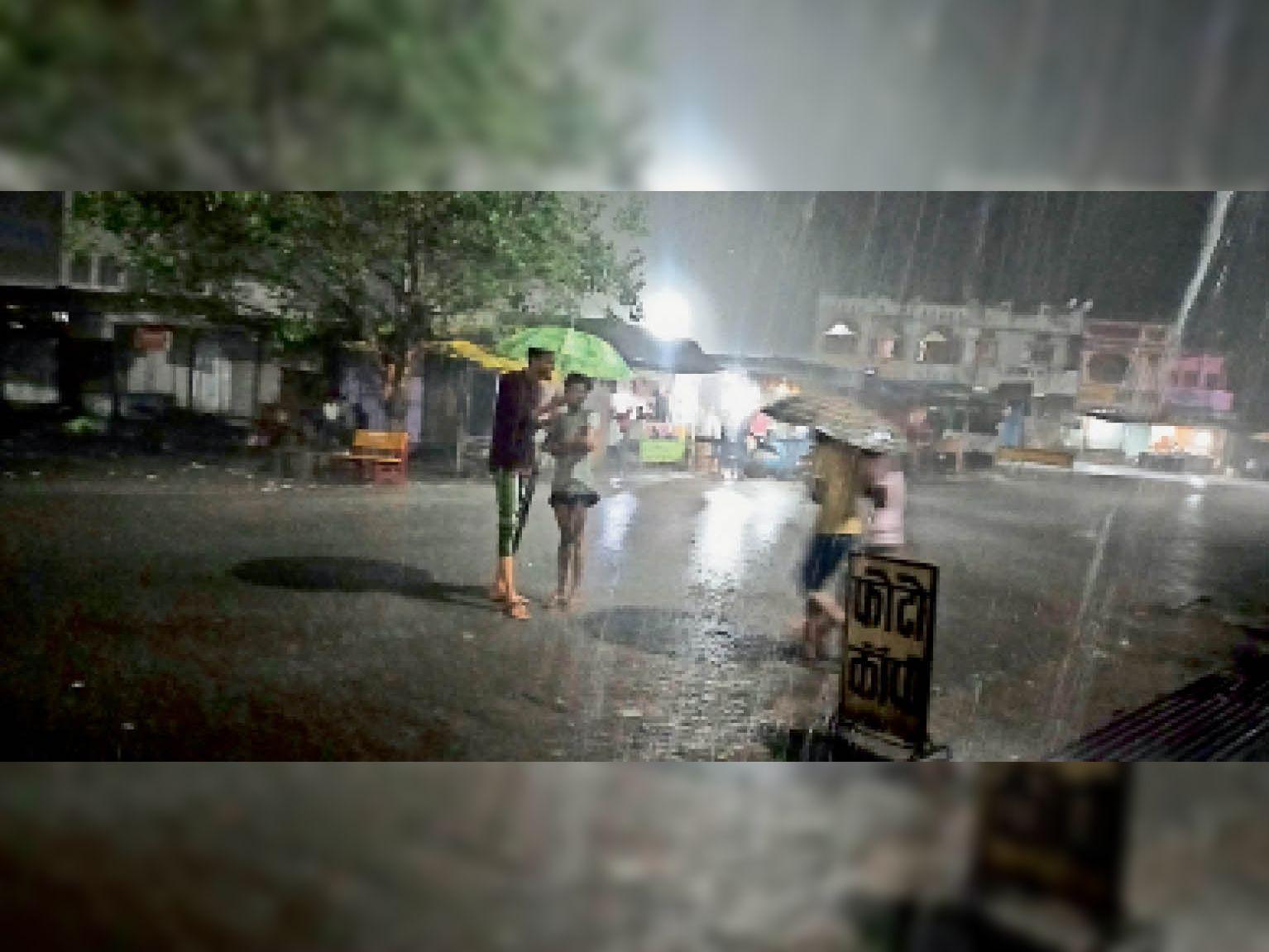 रात 10 बजे से 2 घंटे तक तेज बारिश हुई। - Dainik Bhaskar